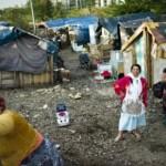 5950973181_des-femmes-d-une-communaute-de-roms-sont-photographiees-le-30-juillet-2010-dans-un-camp-a-lyon