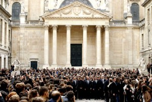 François Hollande et Manuel Valls ont observé une minute de silence ce lundi à  La Sorbonne avant qu'une Marseillaise ne soit entonnée a capella dans la cour.